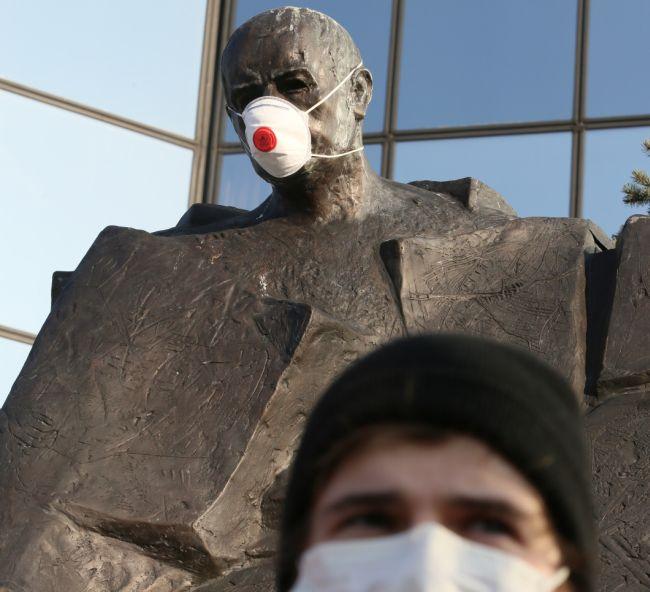 """Митинг общества """"Город является нашим"""" у памятника Стефану Стажиньскому в Варшаве."""