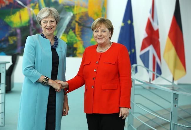 Премьер Великобритании Тереза Мэй и канцлер Германии Ангела Меркель на встрече в Берлине.