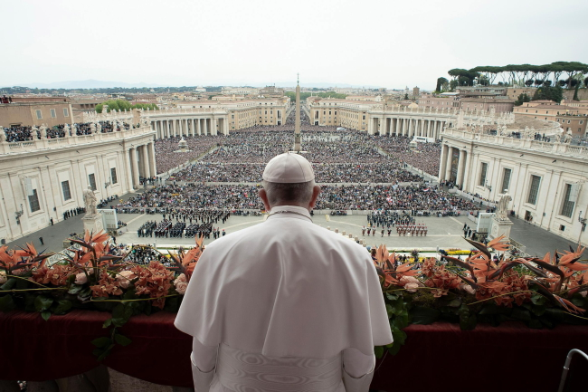 """Папа Франциск произносит благословение """"Urbi et Orbi"""" в конце пасхальной воскресной мессы на площади cвятого Петра в Ватикане"""