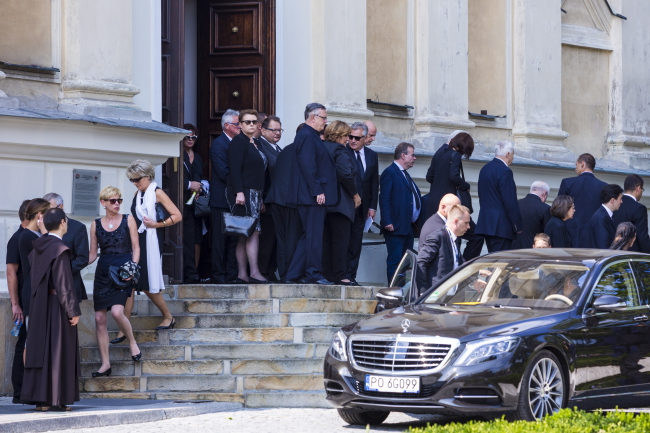 Guests at the funeral of Jan Kulczyk, St Joseph's Church, Poznań. Emerging from the door is Minister of Culture Małgorzata Omilanowska. Also pictured is First Lady Anna Komorowska and former president Aleksander Kwaśniewski.Photo: PAP/Marek Zakrzewski