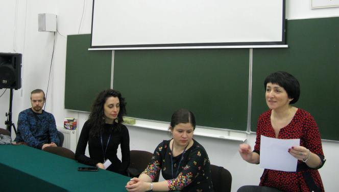 Праворуч - Оксана Баранівська