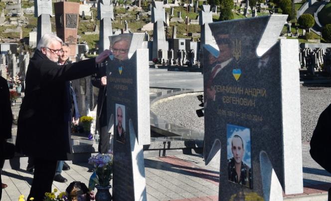 Minister Witold Waszczykowski oddaje hołd ukraińskim żołnierzom poległym w Donbasie