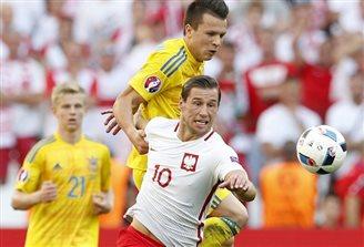 Poland's Krychowiak signs EUR 45 mln Paris Saint-Germain contract