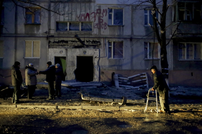 A man passes by a damaged house in the Vostochniy district of Mariupol, Ukraine, 25 January 2015. Photo: PAP/EPA/ANASTASIA VLASOVA