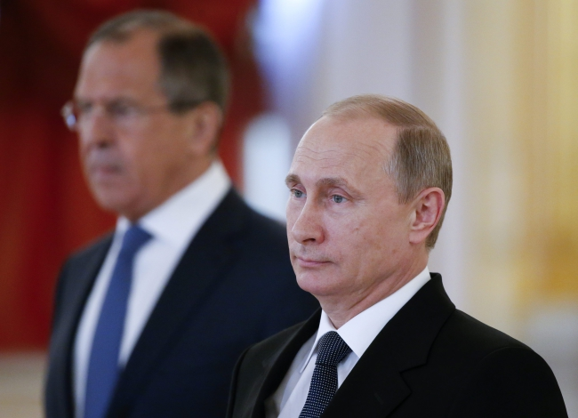 Russian President Vladimir Putin (R) and Russian Foreign Minister Sergei Lavrov (L) attend a ceremony of receiving diplomatic credentials from foreign ambassadors at the Kremlin in Moscow, Russia, 28 May 2015. Photo: PAP/EPA/SERGEI KARPUKHIN / POOL