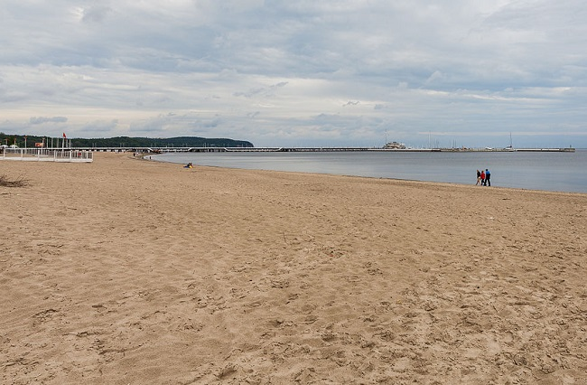 Sopot beach and pier. Photo: Diego Delso [CC BY-SA 3.0 (https://creativecommons.org/licenses/by-sa/3.0)]