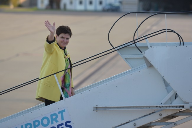 PM Beata Szydło pictured boarding a plane bound for Tallinn. Photo: PAP/Marcin Obara