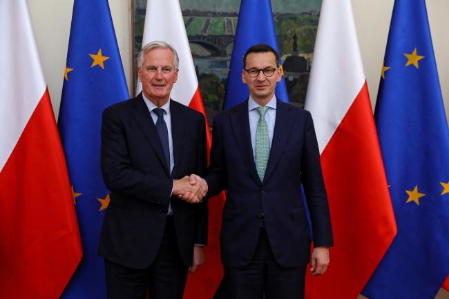 Прем'єр-міністр Польщі Матеуш Моравєцький (праворуч) та головний переговірник Європейської комісії в справах «брекзиту» Мішель Барньє (ліворуч)