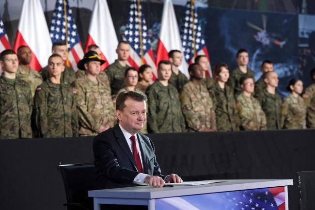Глава польского Минобороны Мариуш Блащак подписывает договор на поставку Польше американских ракетных артиллерийских установок HIMARS.