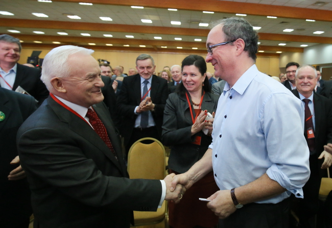 Włodzimierz Czarzasty (R) shakes hands with outgoing leader of the Democratic Left Alliance Leszek Miller. Photo: PAP/Pawel Supernak