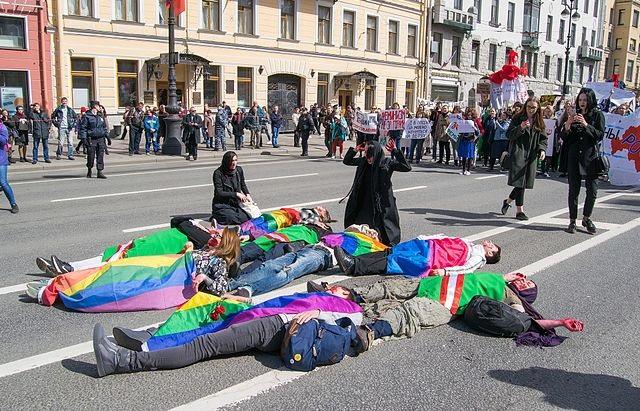 """Акция """"Чеченские матери оплакивают своих детей"""", призванная обратить внимание на преследовании геев в Чечне. 1 мая 2017 года. Санкт-Петербург"""
