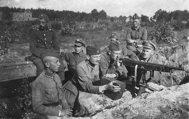 Bitwa Warszawska, sierpień 1920 r. Stanowisko karabinu maszynowego Colt-Browning wz. 1895. Polska pozycja pod Miłosną, wieś Janki. Wikimedia Commons/dp