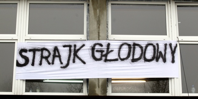 "A sign reads ""hunger Strike"" outside a building where dozens of JSW workers are protesting. Photo: PAP/Andrzej Grygiel"