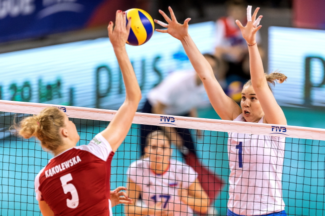 Poland's Agnieszka Kąkolewska (L) and Russia's Angelina Lazarenko (R) in action during the Nation's League game in Wałbrzych on Wednesday. Photo: PAP/Maciej Kulczyński