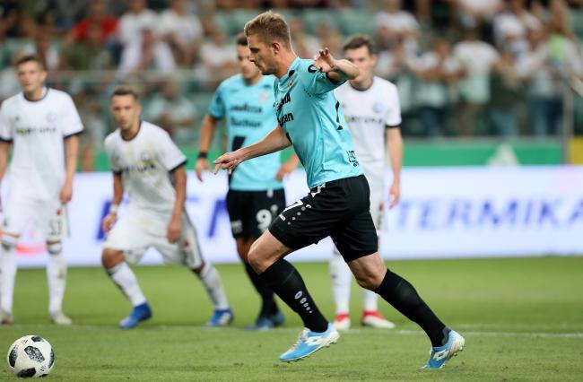 F91 Dudelange's David Turpel takes a winning penalty. Photo: PAP/Leszek Szymański