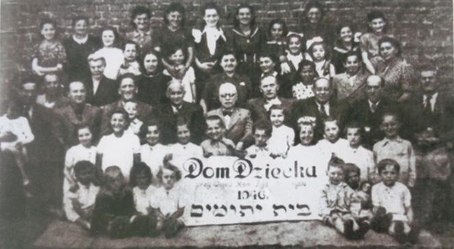 Єврейський сиротинець у Перемишлі, 1946 р. Серед дітей є Аві Ебсман, яку врятувало українське подружжя Анни та Івана Гораків
