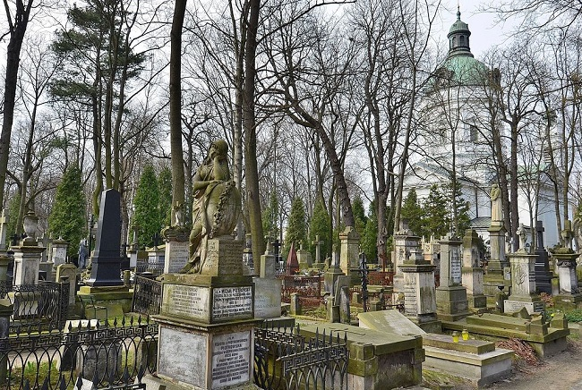 Warsaw's Powązki cemetery. Photo: Adrian Grycuk [CC BY-SA 3.0 pl (https://creativecommons.org/licenses/by-sa/3.0/pl/deed.en)], via Wikimedia Commons
