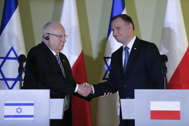 Президент Израиля Реувен Ривлин (на фото слева) и президент Польши Анджей Дуда на встрече в Центьре диалога и молитвы в Освенциме.