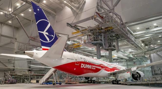 Najnowszy dreamliner LOT-u pomalowany w barwach narodowych. Materiały prasowe PLL LOT
