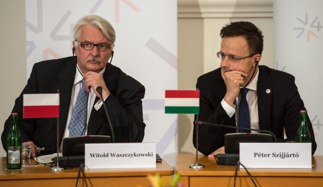 Министр иностранных дел Польши Витольд Ващиковский и министр иностранных дел Венгрии Петер Сиярто. Фото: PAP/EPA/FILIP SINGER