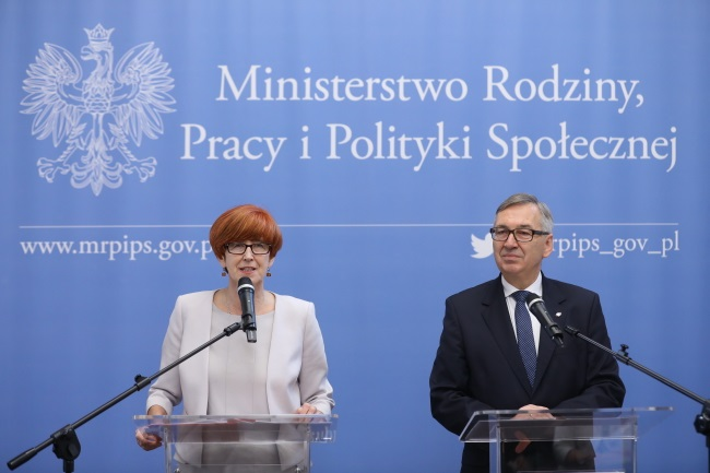 Poland's Family, Labour and Social Policy Minister Elżbieta Rafalska (left) gives a news conference in Warsaw on Wednesday. Photo: PAP/Rafał Guz