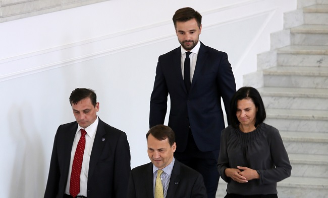 Radek Sikorski leaving the Sejm building after his resignation on 23 June. Photo: PAP
