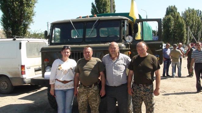 Передача відремонтованої волонтерами вантажівки українським воякам