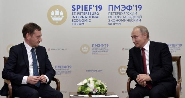 Президент России Владимир Путин (справа) встретился с премьер-министром Саксонии Михаэлем Кречмером (слева) на полях Петербургского международного экономического форума в Санкт-Петербурге