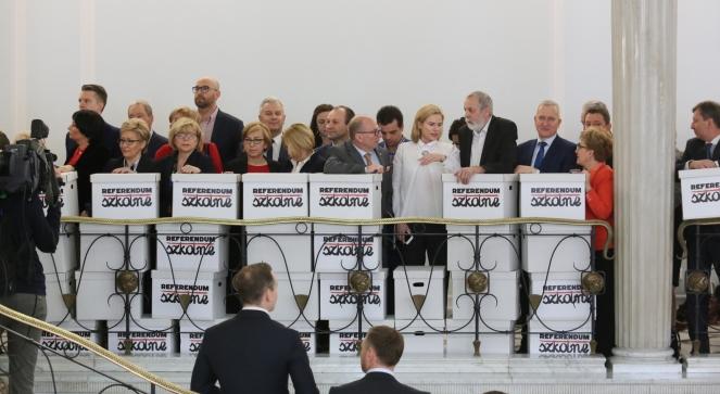 Політики опозиції у Сеймі представили коробки із зібраними підписами громадян про підтримку проведення референдуму у справі реформи освіти