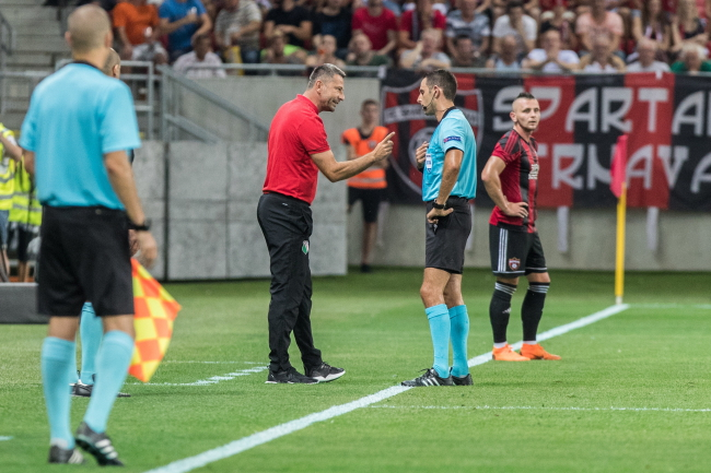 Dean Klafuric (centre) argues with the referee during Tuesday's Champions League qualifier. Photo: EPA/JAKUB GAVLAK