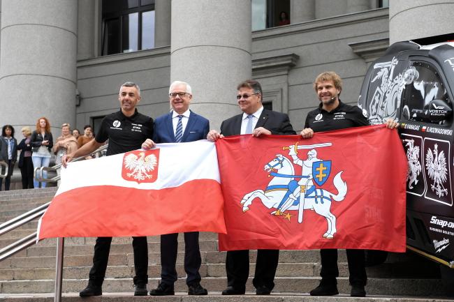 В центре — министры иностранных дел Польши и Литвы Яцек Чапутович и Линас Линкявичюс