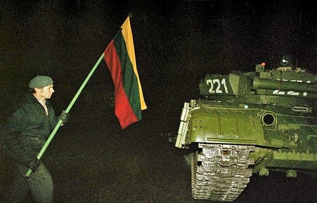 Мужчына са сьцягам Літвы побач савецкага танка Т-80