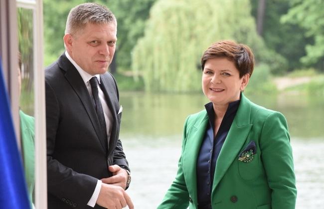 Beata Szydło (right) and Robert Fico in Warsaw. Photo: PAP/Radek Pietruszka