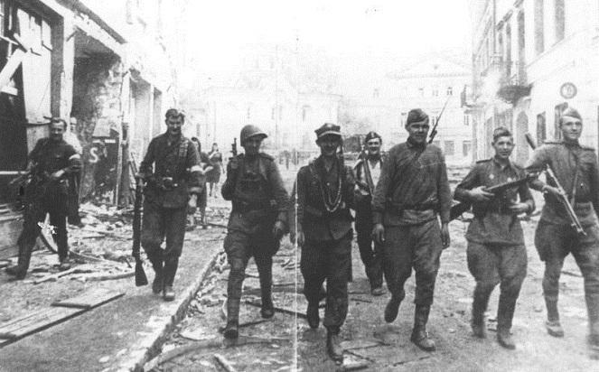 Совместный патруль советских солдат и бойцов АК в Вильнюсе