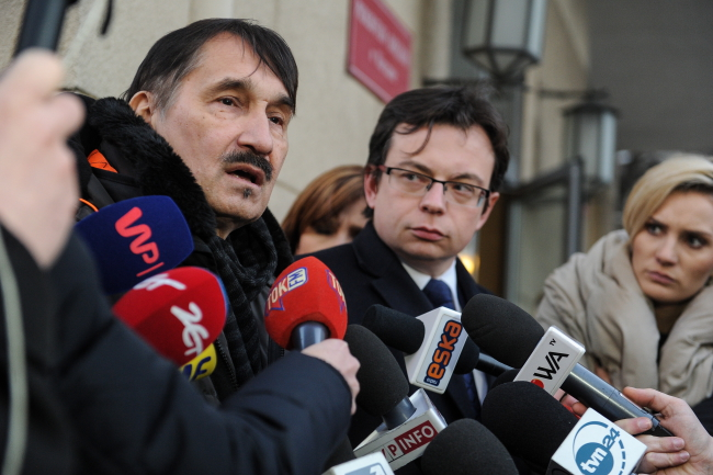 Protester Mariusz Malinowski (L) with his lawyer (C). Photo: PAP/Marcin Obara