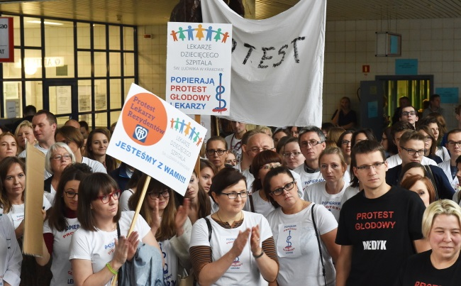 Health officials and patients' representatives meet resident doctors holding a hunger strike in Kraków, southern Poland. Photo: PAP/Jacek Bednarczyk