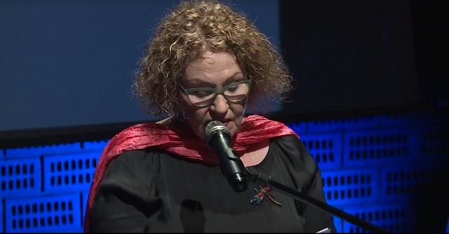 Израильская поэтесса Аги Мишоль выступает во время вручения Международной литературной премии им. Збигнева Херберта в Польском театре в Варшаве