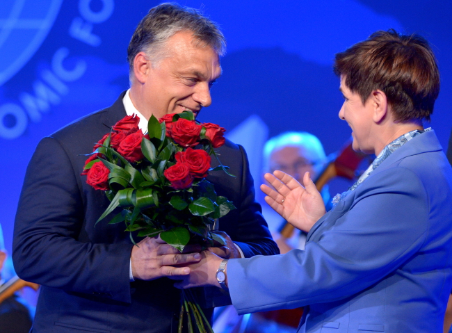 Victor Orban receiving the award from Polish PM Beata Szydło. Photo: PAP/Darek Delmanowicz