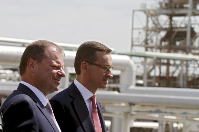 Прем'єр-міністр Польщі Матеуш Моравєцький (праворуч) та прем'єр-міністр Литви Саулюс Скверняліс (ліворуч), нафтопереробний завод у Мажейкяї, Литва, 3 червня 2018 року