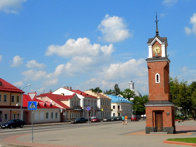 Вежа з гадзіньнікам на гістарычнай плошчы Шчучына
