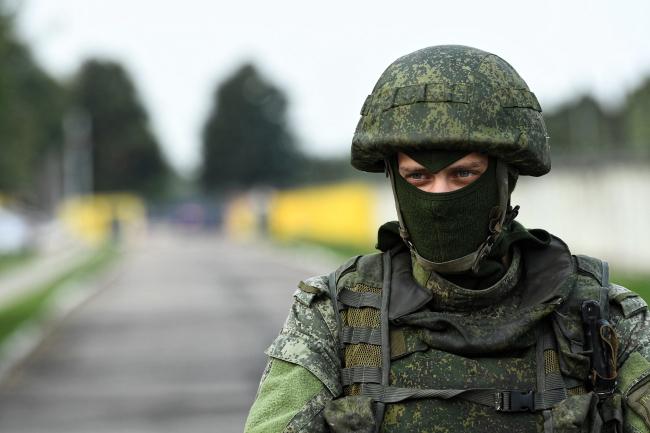 4 сентября 2018 г., Смоленск. Российский солдат охраняет территорию с обломками польского самолета