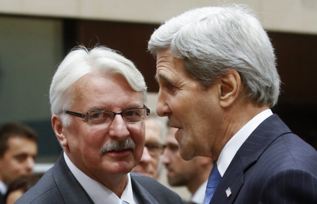 Foreign Minister of Poland Witold Waszczykowski (L) and US Secretary of State John Kerry talk at the start of a NATO Foreign Affairs Ministers Council at Alliance headquarters in Brussels, Belgium, 01 December 2015. Photo: EPA/Olivier Hoslet