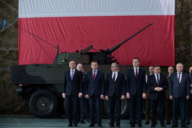 Президент Польши Анджей Дуда (слева), министр национальной обороны Польши Мариуш Блащак (второй слева) и глава Бюро национальной безопасности при президенте Польши (BBN) министр Павел Солох (третий слева) во время пасхальной встречи с солдатами и военнослужащими
