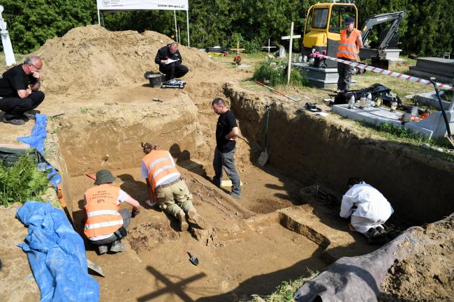 Археологічні дослідження у місці колишнього пам'ятника УПА на цвинатрі у Грушовичах