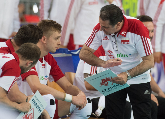 Poland's national volleyball squad courtside with coach Ferdinando De Giorgi. Photo: PAP/Grzegorz Michałowski.