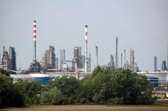 PKN Orlen refinery in Płock, central Poland. Photo: Radosław Drożdżewski [CC BY-SA 4.0 (https://creativecommons.org/licenses/by-sa/4.0)], via Wikimedia Commons