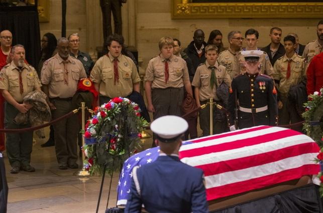 Гроб с телом бывшего президента США Джорджа Буша-старшего установлен в ротонде Капитолия в Вашингтоне