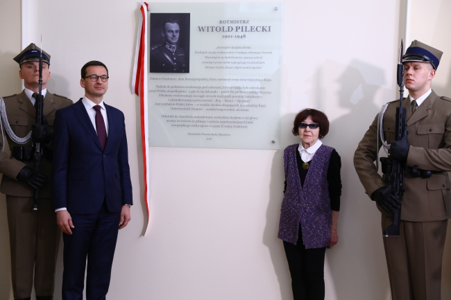 Mateusz Morawiecki and Zofia Pilecka-Optułowicz, the Auschwitz Volunteer's daughter, unveil a plaque commemorating Witold Pilecki on Wednesday. Photo: PAP/Rafał Guz.