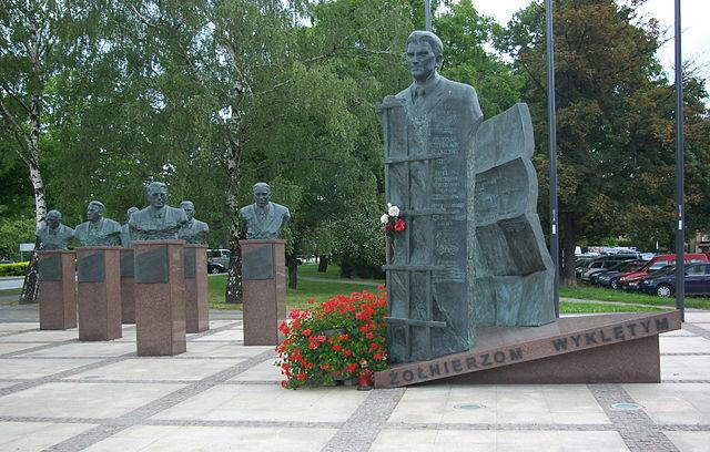 """Памятник """"несломленным солдатам"""" в Жешуве"""