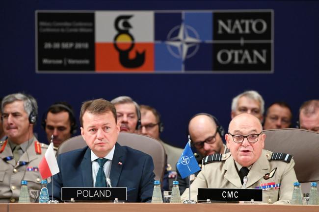 Міністр національної оборони Польщі Маріуш Блащак (ліворуч) та голова Військового комітету НАТО, маршал авіації сер Стюарт Піч (праворуч)